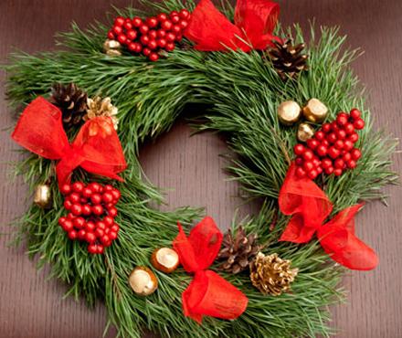 Рождественский венок на дверь из сосновых лапок, искусственной рябины и позолоченного фундука, декорированный...