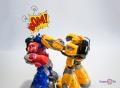 Роботы трансформеры на пульте управления Оптимус Прайм и Бамблби